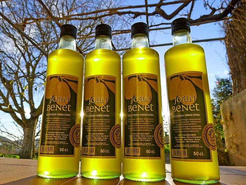 Aceite de oliva virgen extra Joan Benet, a contraluz